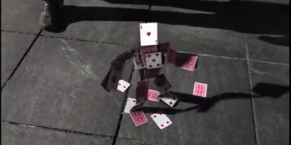 Noticias chingonas:Robot de Naipes – Un acto de magia único